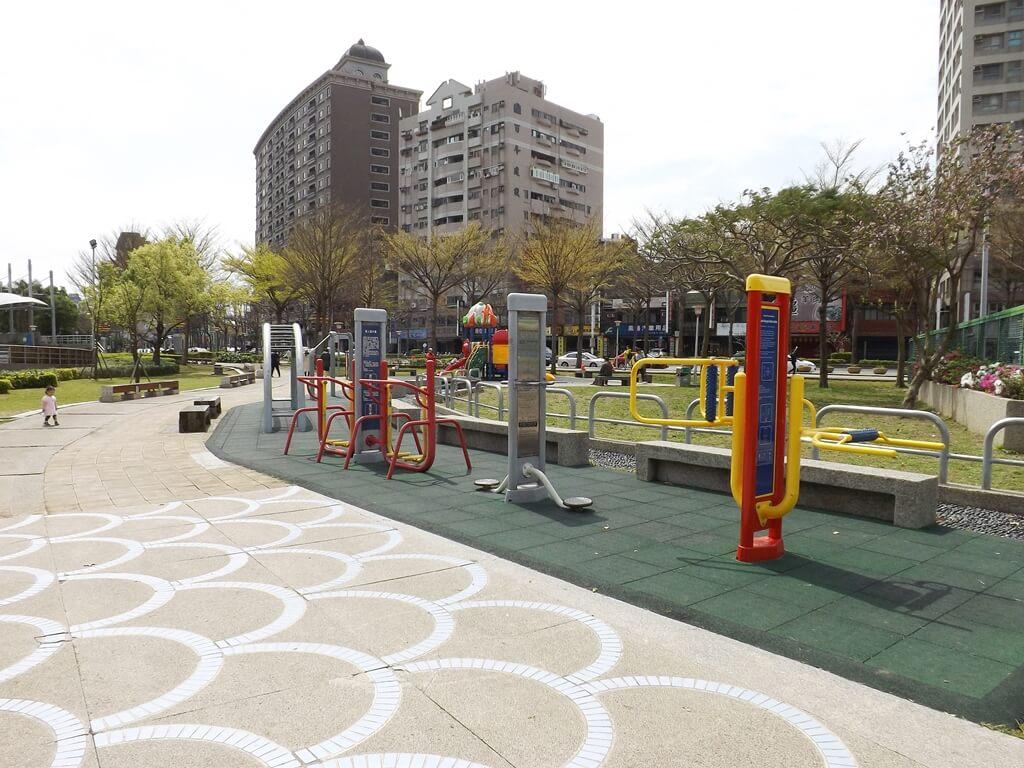 桃園市三民運動公園的圖片:運動健身器材區