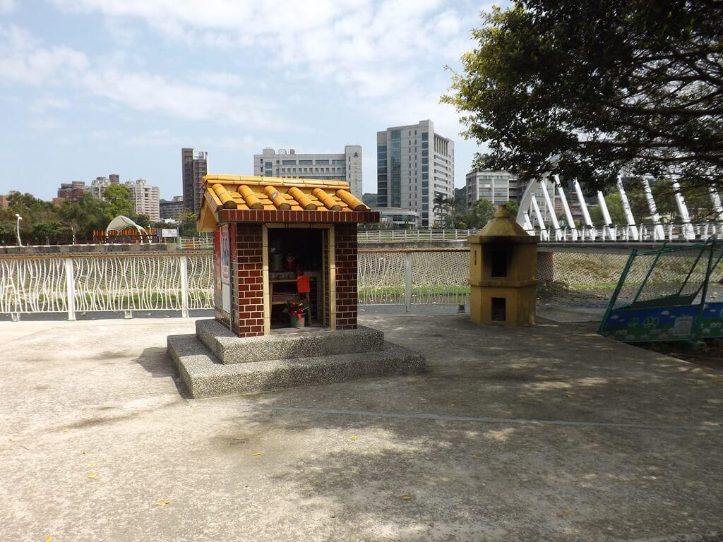 桃園市三民運動公園的圖片:青溪橋旁邊的土地公廟