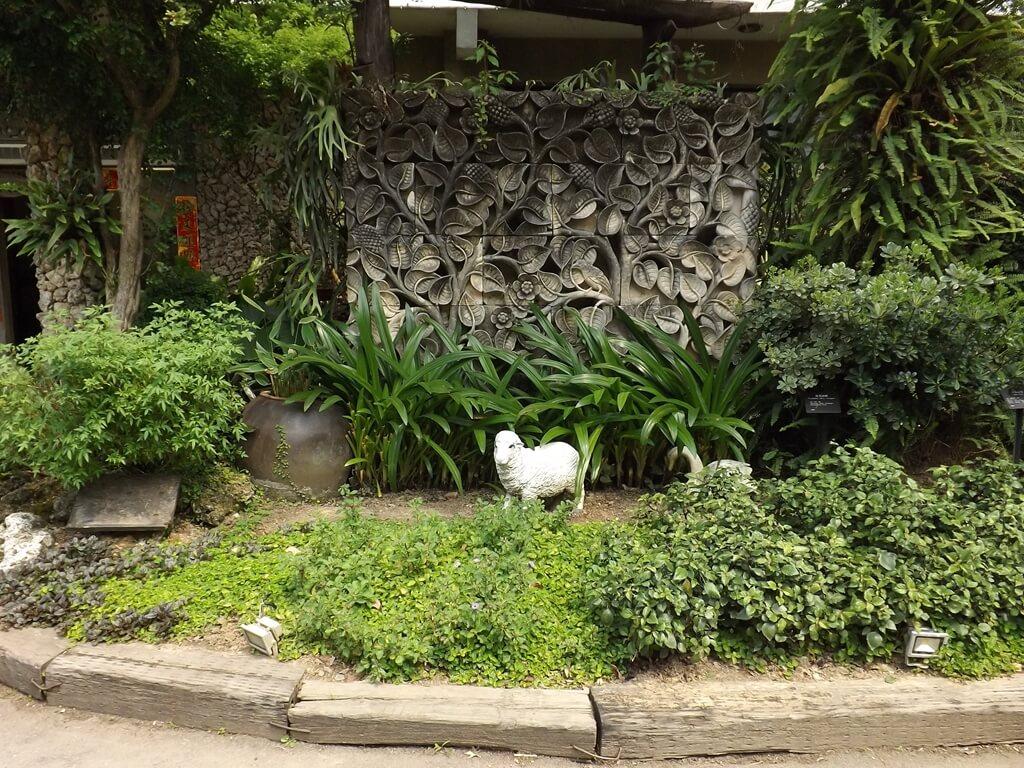 雅聞魅力博覽館的圖片:南洋風情的園藝設計與白色小羊偶
