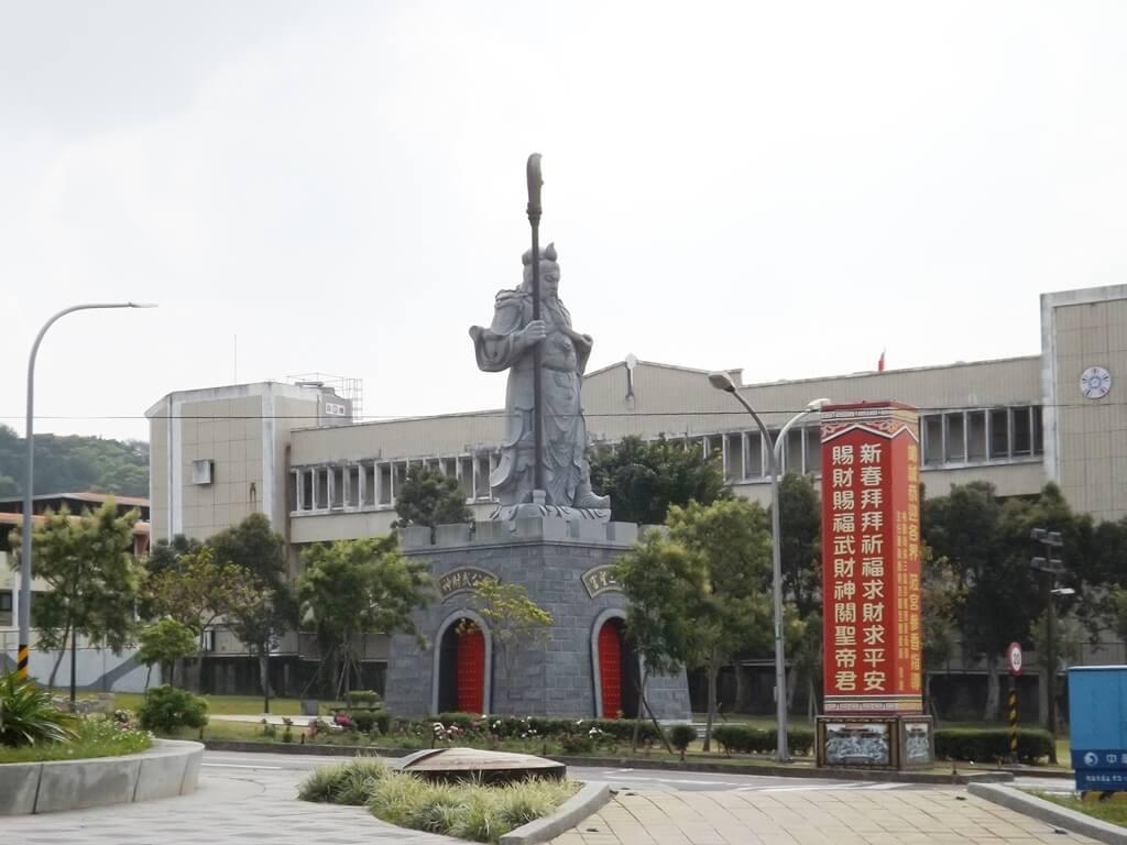 桃園明倫三聖宮的圖片:虎頭山公園入口廣場的明倫三聖宮關公像