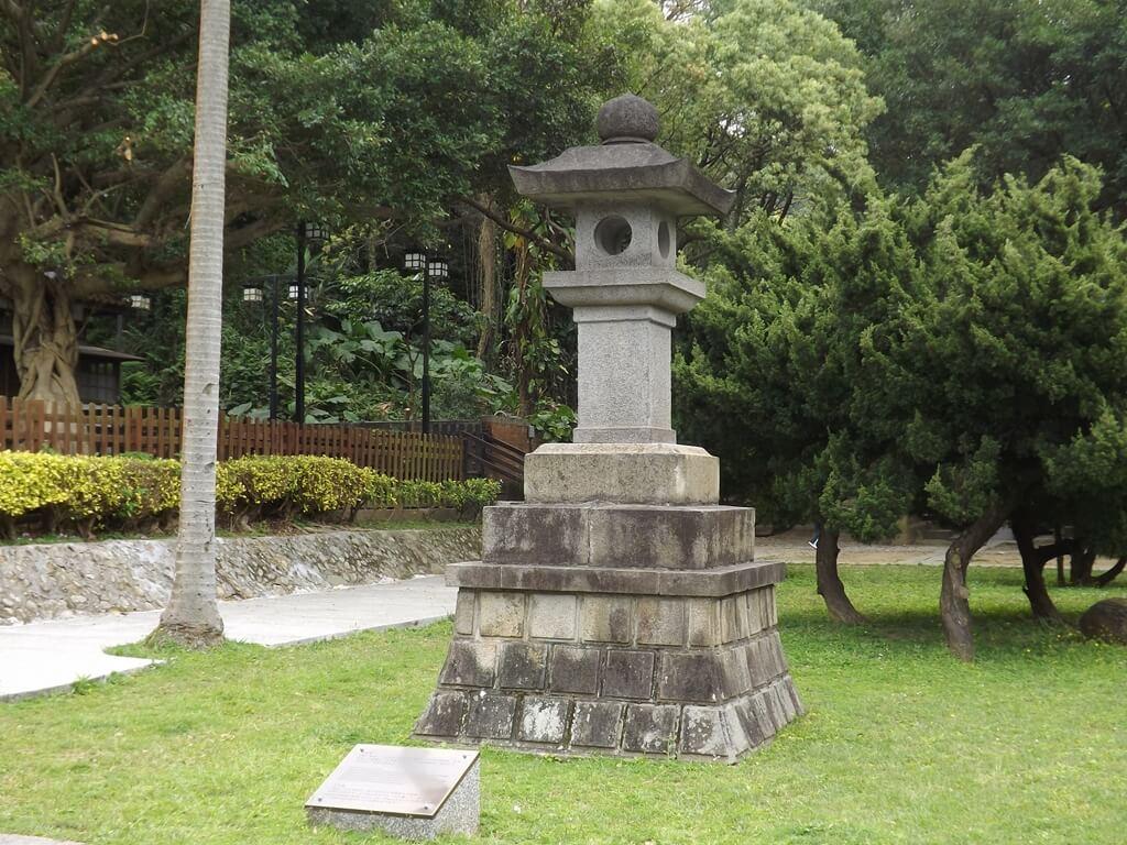 桃園市忠烈祠暨神社文化園區的圖片:神社前的日式石燈籠