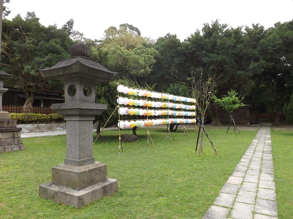 桃園市忠烈祠暨神社文化園區的圖片:石路燈與竹架上的燈籠