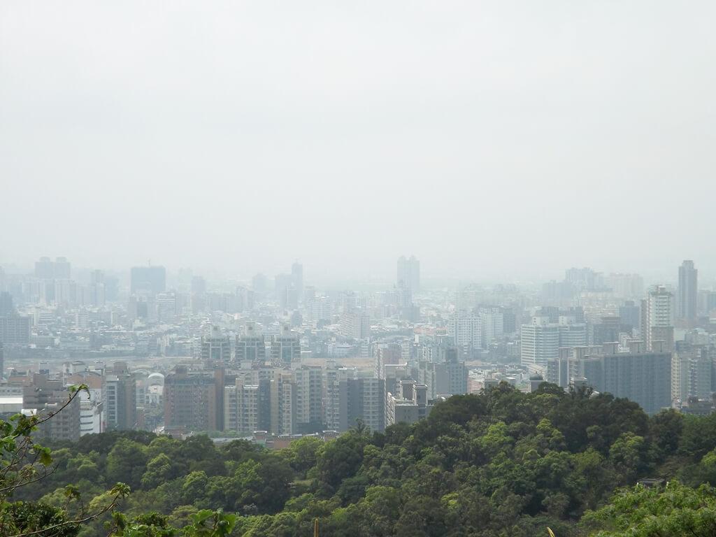 虎頭山環保公園的圖片:遠眺山下的桃園城市