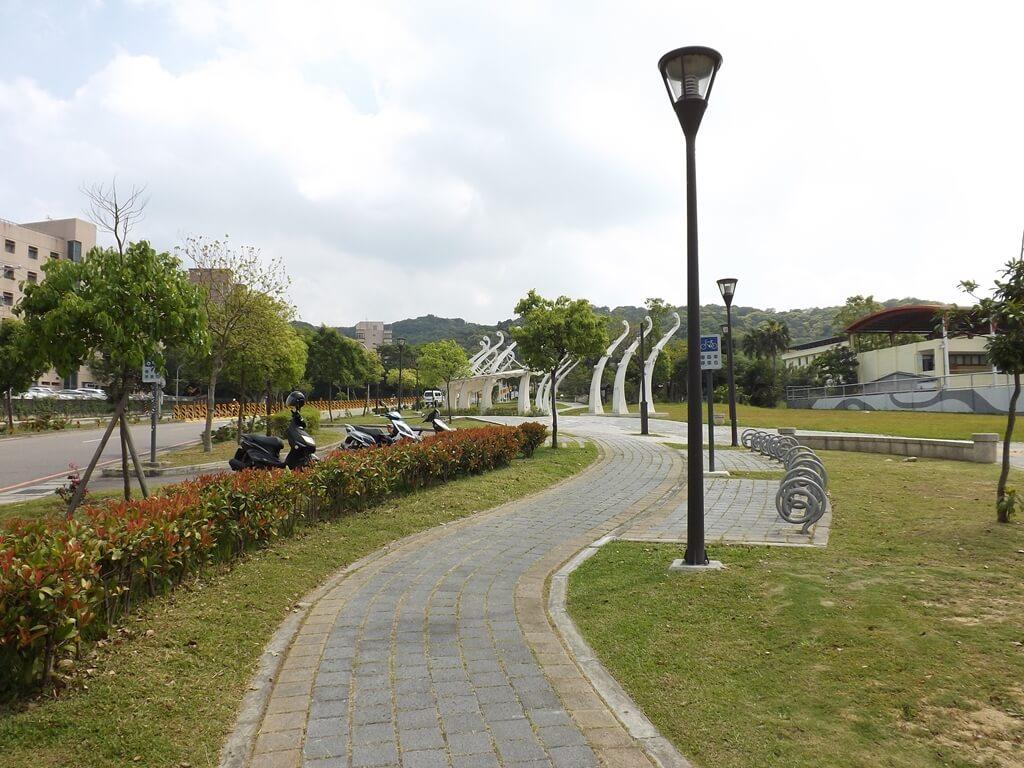 虎頭山公園(桃園市)的圖片:入口廣場上的蜿蜒步道