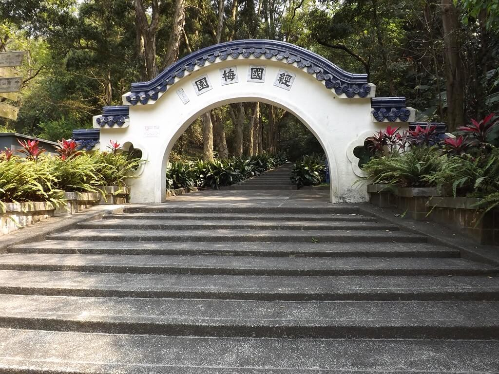 經國梅園的圖片:經國梅園的白牆藍瓦月門