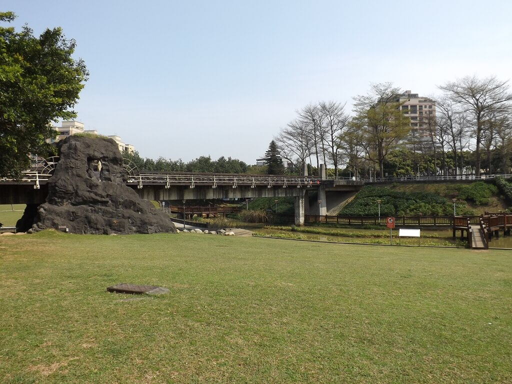 桃園陽明運動公園的圖片:大草皮與高架橋