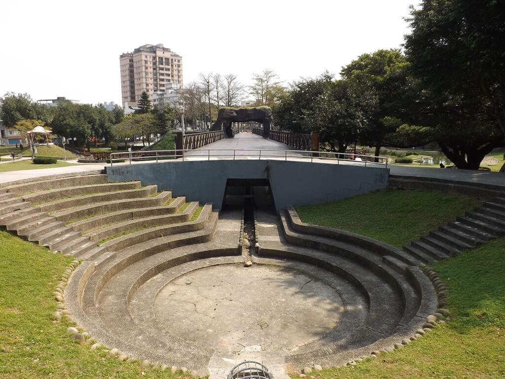 桃園陽明運動公園的圖片:高架橋一端小型下凹圓形集水區