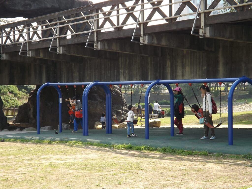 桃園陽明運動公園的圖片:橋下的盪鞦韆