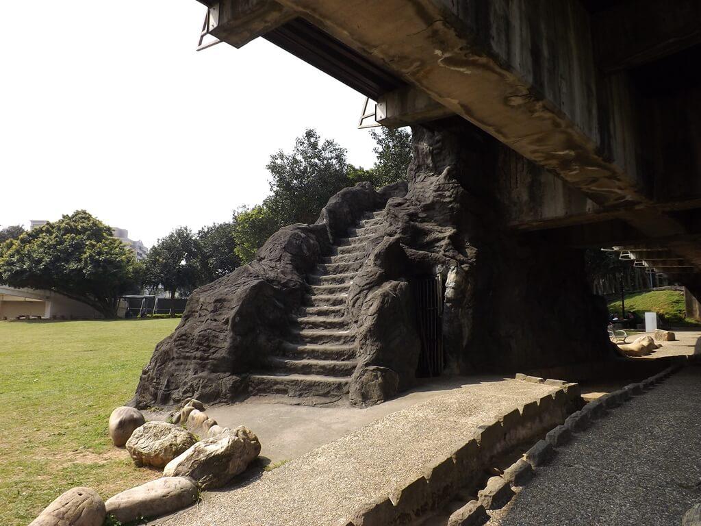 桃園陽明運動公園的圖片:可以走上高架橋的階梯