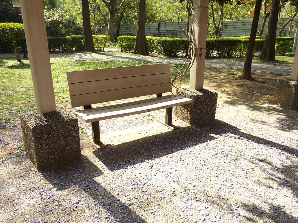 中壢龍德公園的圖片:花架下的涼椅