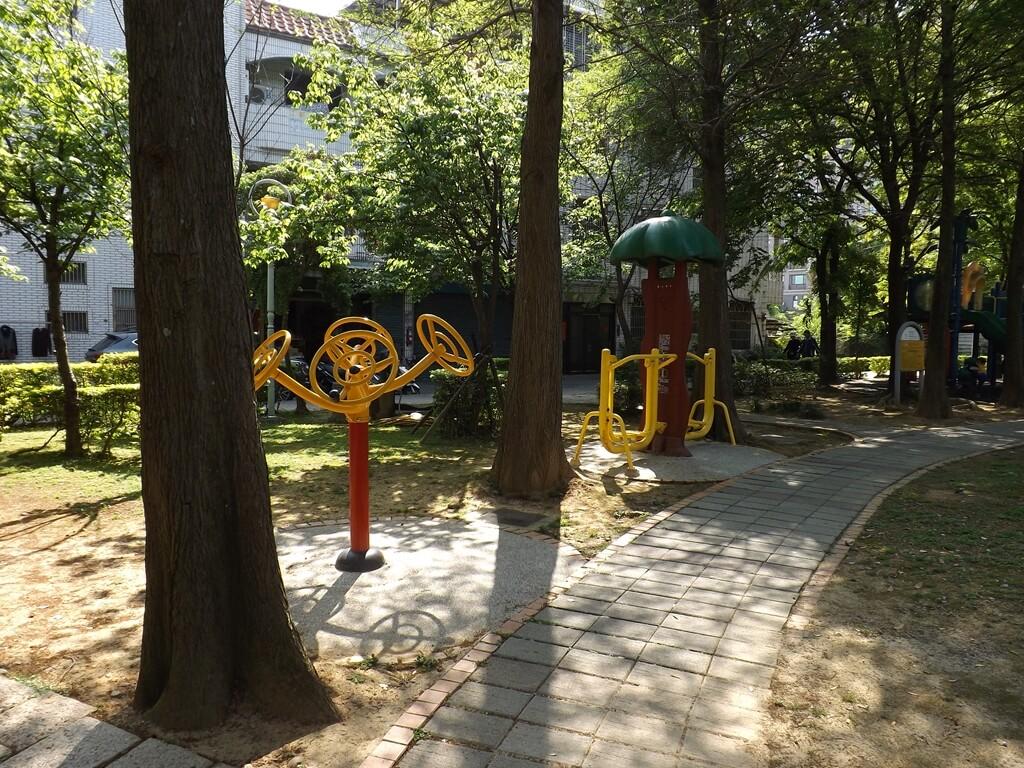中壢龍德公園的圖片:樹林間的運動器材