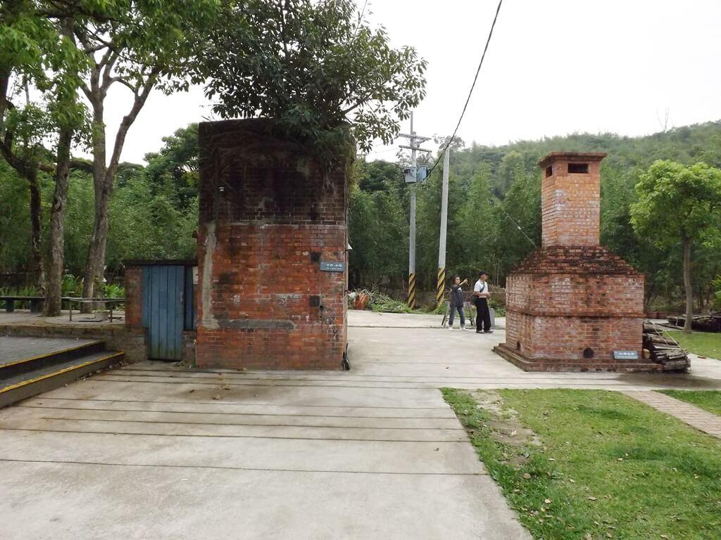 大溪老茶廠的圖片:紅磚塊堆砌的古井、水塔以及磚窯