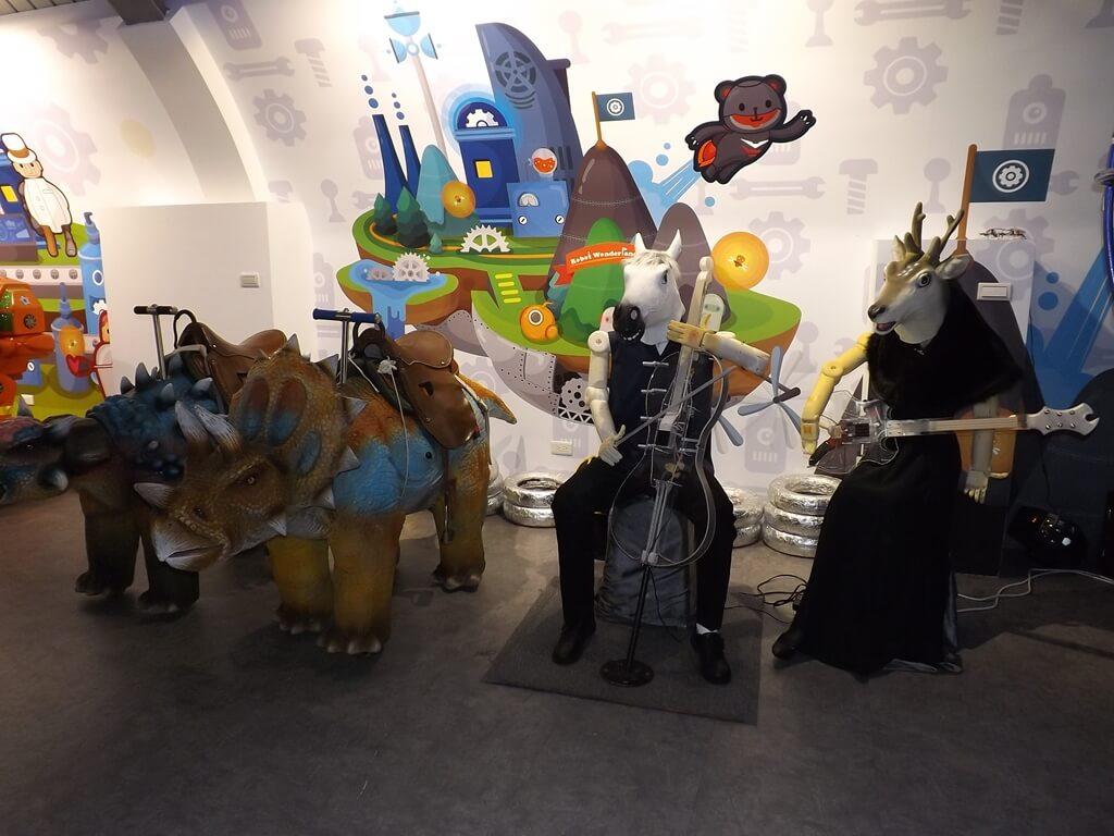 祥儀機器人夢工廠的圖片:機器人拉提琴及吉他