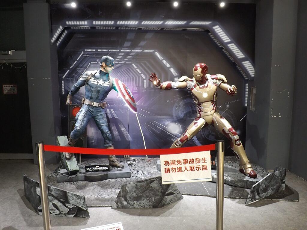 祥儀機器人夢工廠的圖片:售票處隔壁便利商店內的美國隊長及鋼鐵人場景