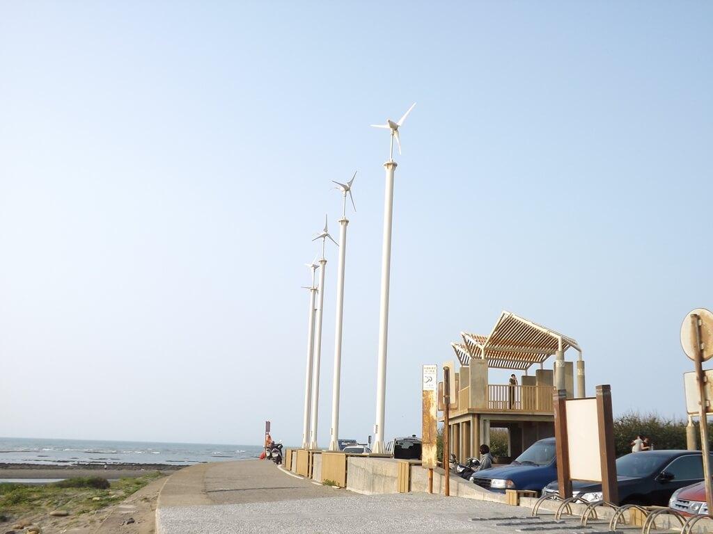 許厝港濕地的圖片:豎立的風車標誌及人造觀景台