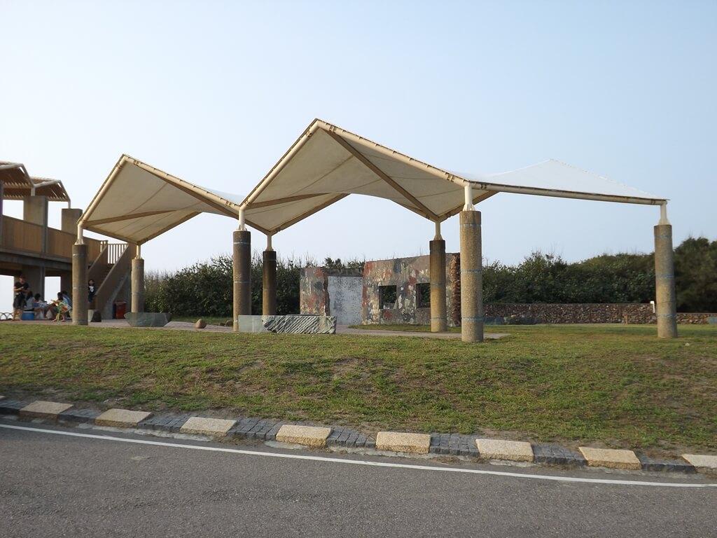 許厝港濕地的圖片:觀景台後方小廣場的軍事圍牆及遮陽棚