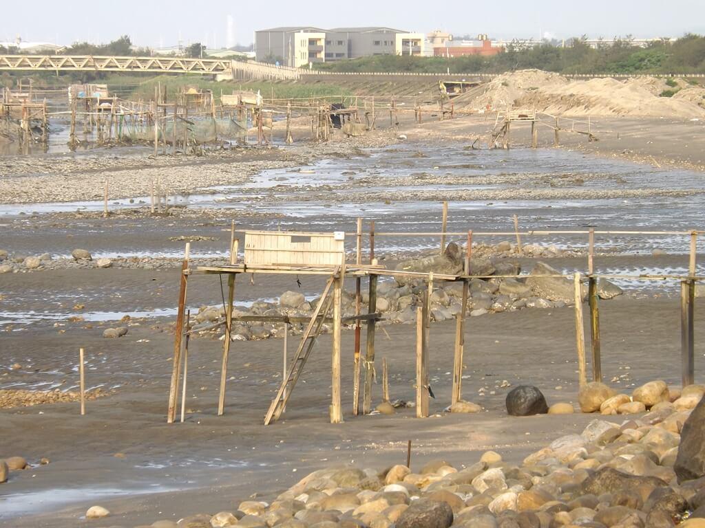 許厝港濕地的圖片:人類架設不知用途的高架構造