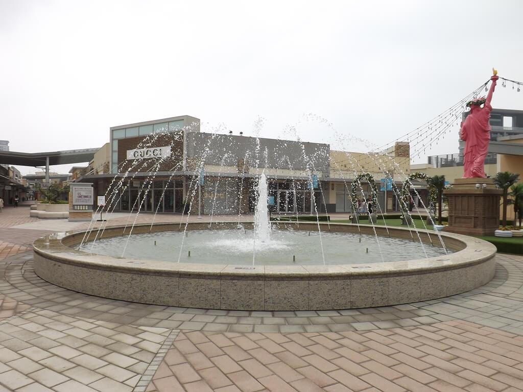 華泰名品城的圖片:自由女神像後方的噴水池