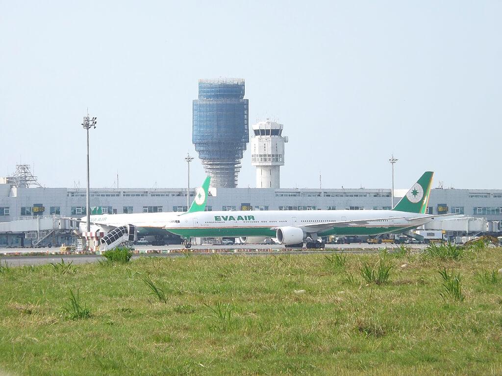 桃園國際機場戰備聯絡道的圖片:航廈旁的長榮客機