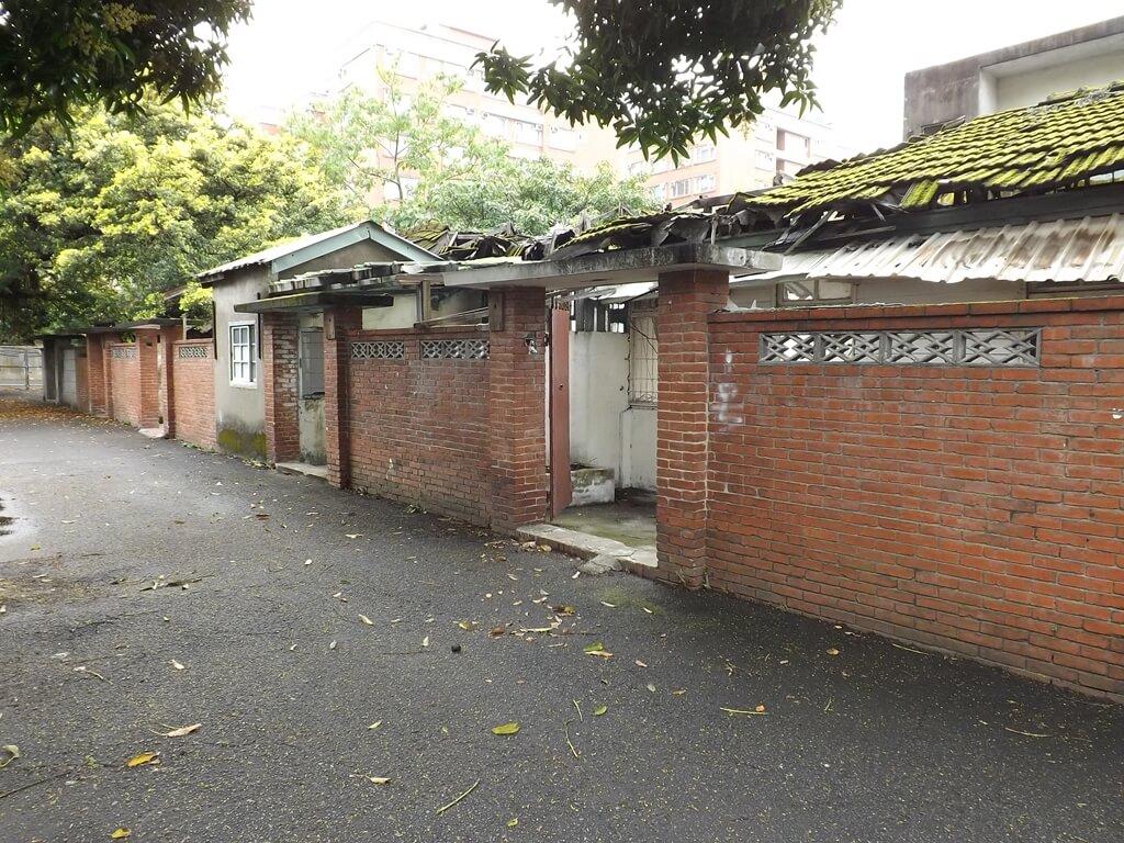 憲光二村的圖片:連棟的紅磚牆