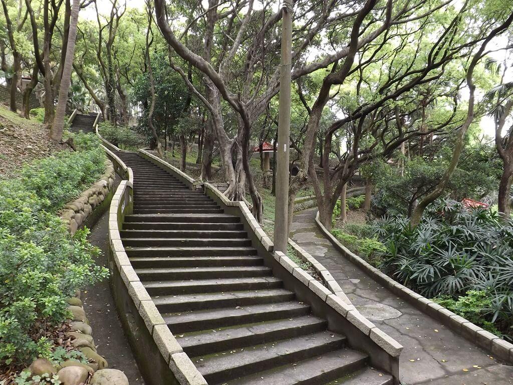 壽山巖觀音寺的圖片:壽山巖公園內的水泥階梯