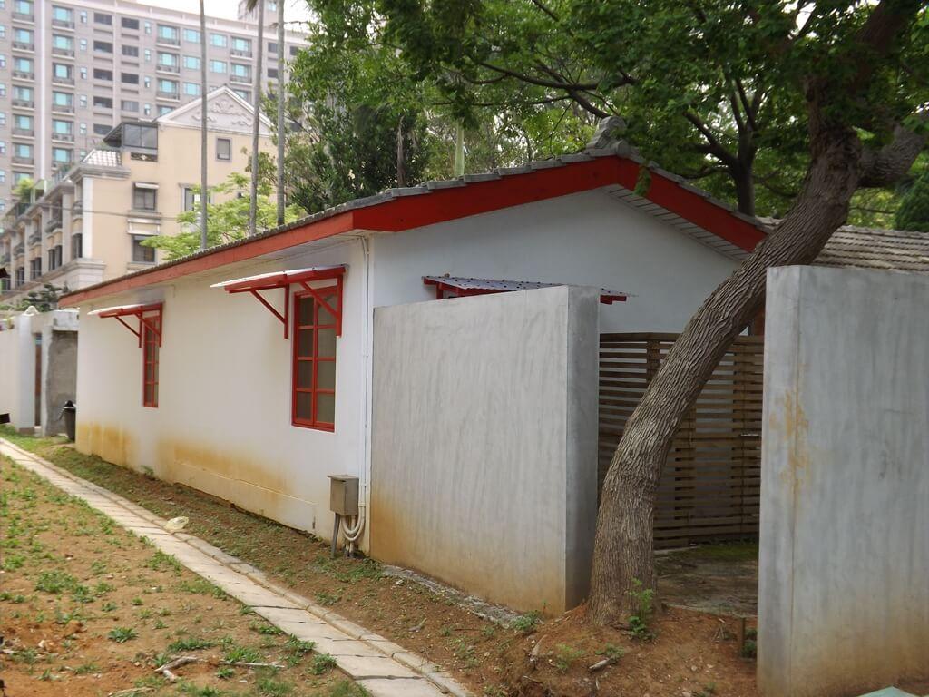 馬祖新村眷村文創園區的圖片:紅白相間的房舍