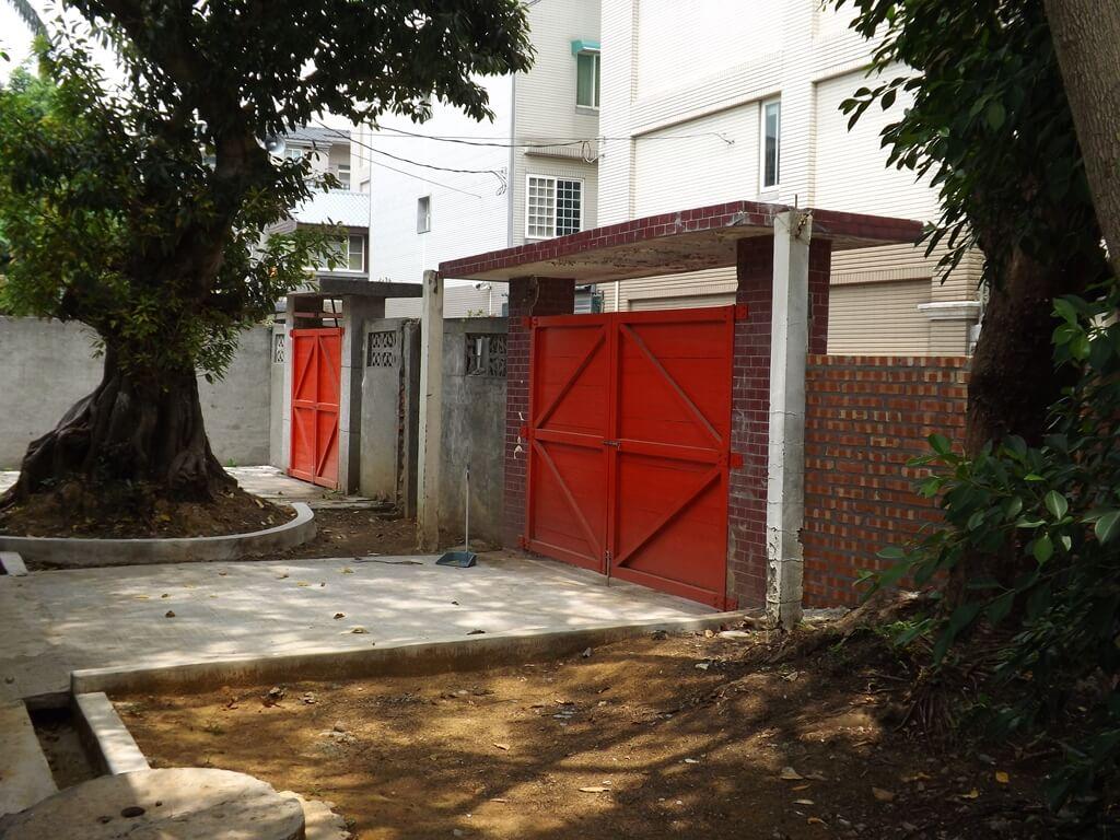 馬祖新村眷村文創園區的圖片:紅色大門內的小院子