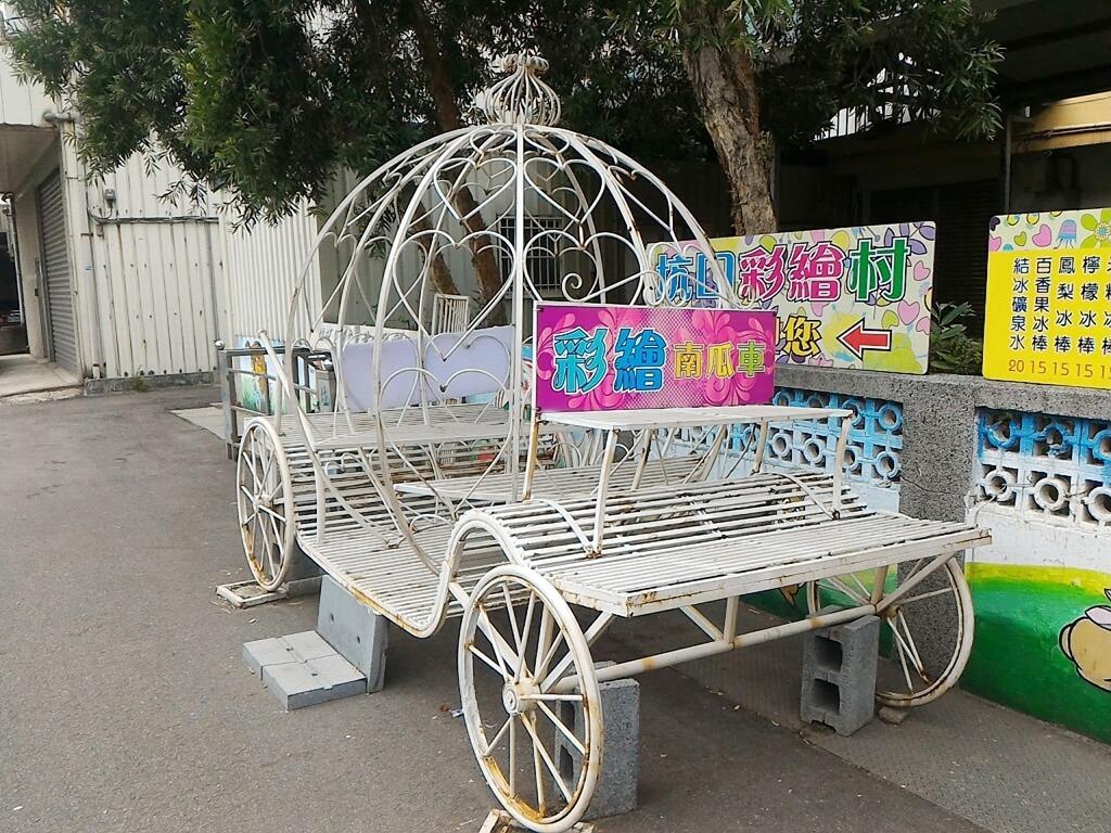 坑口彩繪村的圖片:入口處的彩繪南瓜車