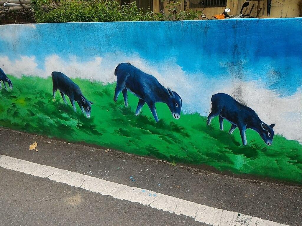 坑口彩繪村的圖片:吃草的羊群彩繪