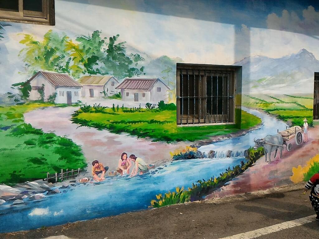 坑口彩繪村的圖片:農村婦女們在溪邊洗衣服的彩繪