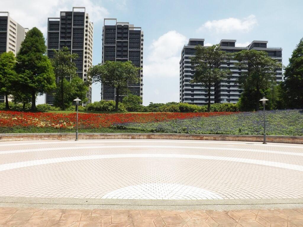 半圆形广场花圃