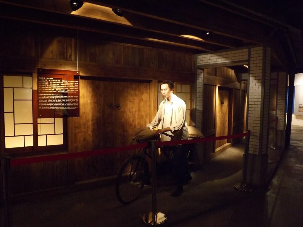 台塑企業文物館的圖片:推著腳踏車運送米的王永慶先生