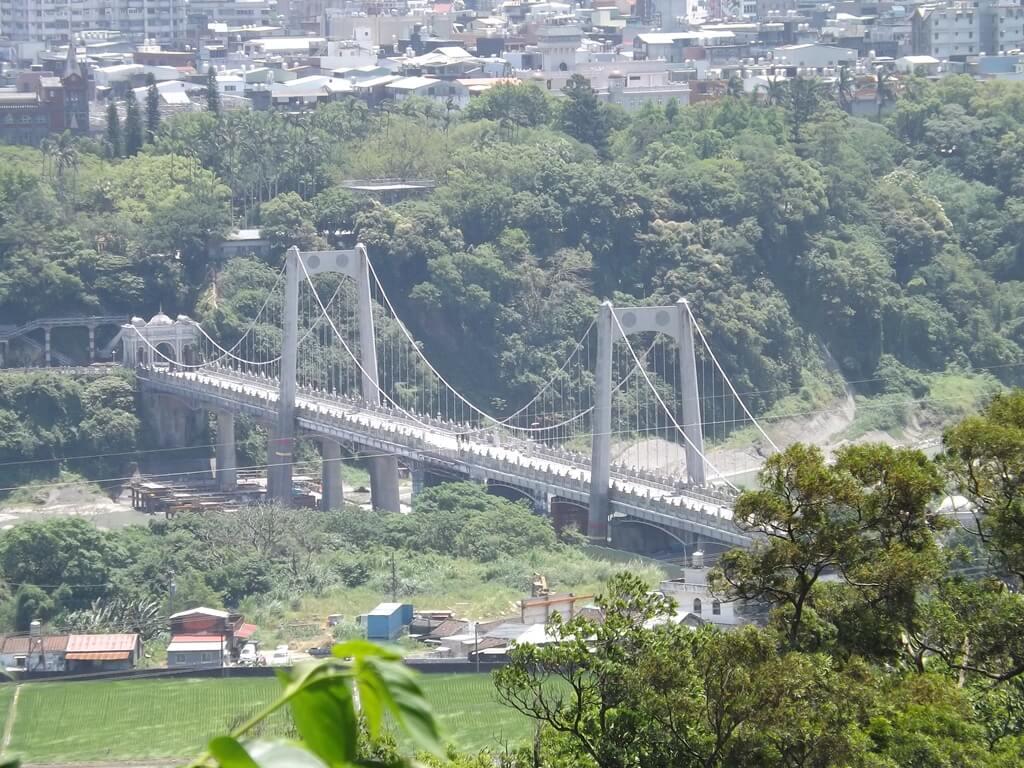 法鼓山齋明寺的圖片:遠眺大漢溪上的大溪橋