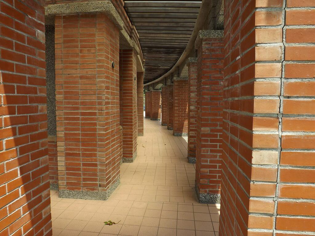 大溪河濱公園的圖片:中心服務區的紅磚走廊