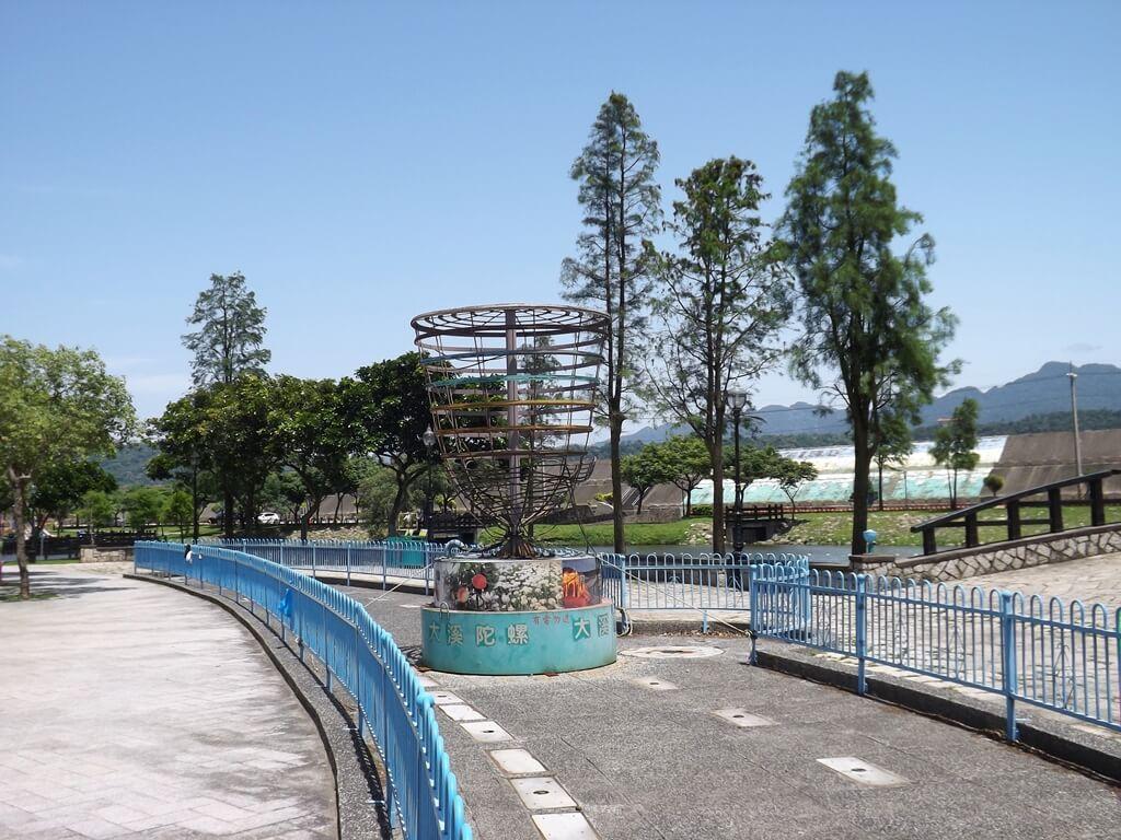 大溪河濱公園的圖片:中心服務區前的大陀螺造景
