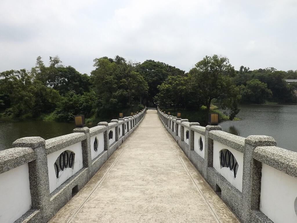 新竹青草湖的圖片:前往于飛島的映月橋面
