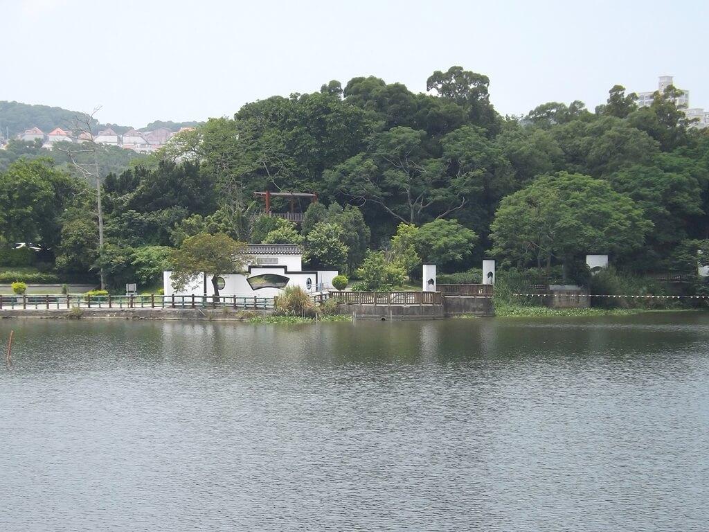 新竹青草湖的圖片:映月橋上看清風明月白圍牆