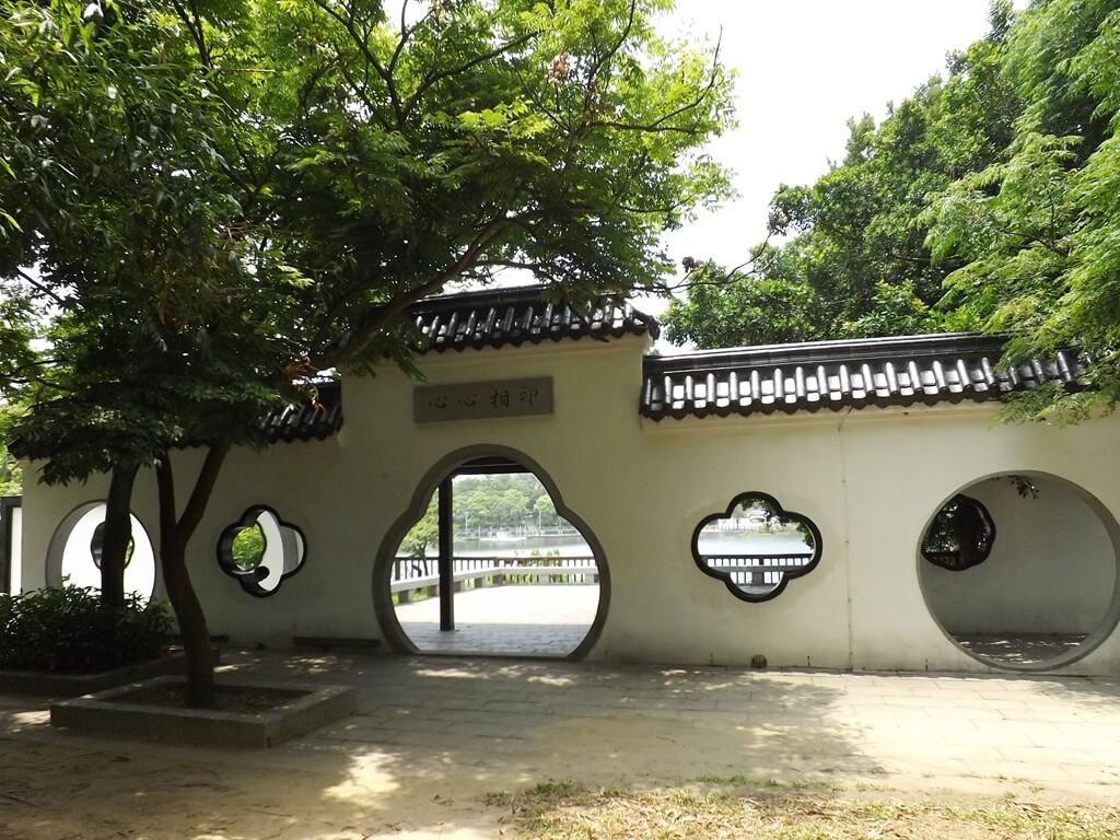 新竹青草湖的圖片:于飛島上的心心相映白圍牆