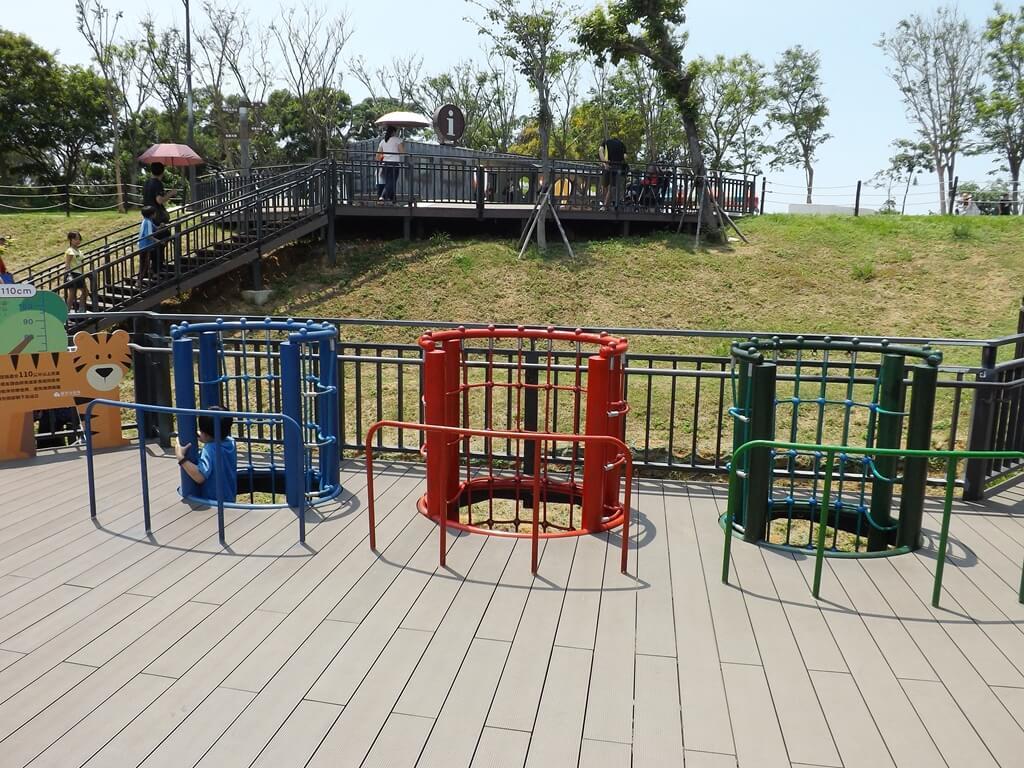 新竹青青草原的圖片:三個彩色的圓筒狀攀爬區