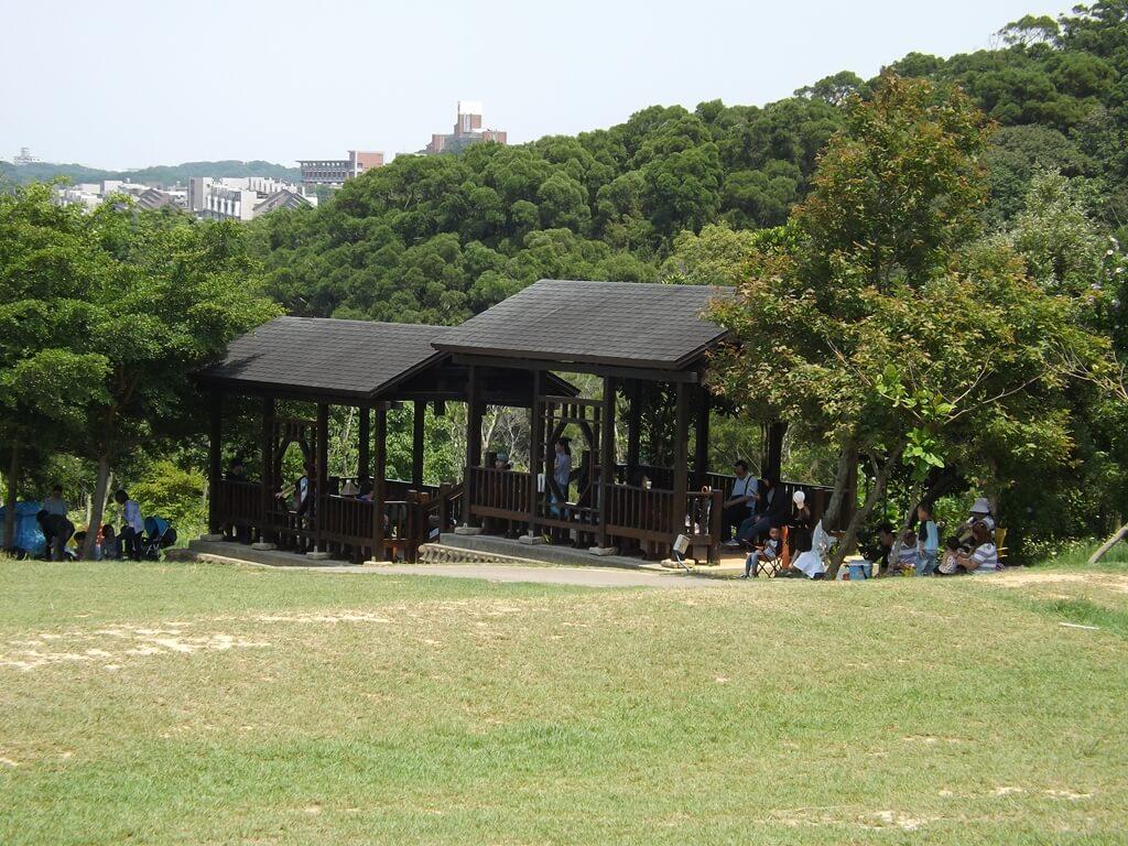 新竹青青草原的圖片:草原旁的木造休閒涼亭