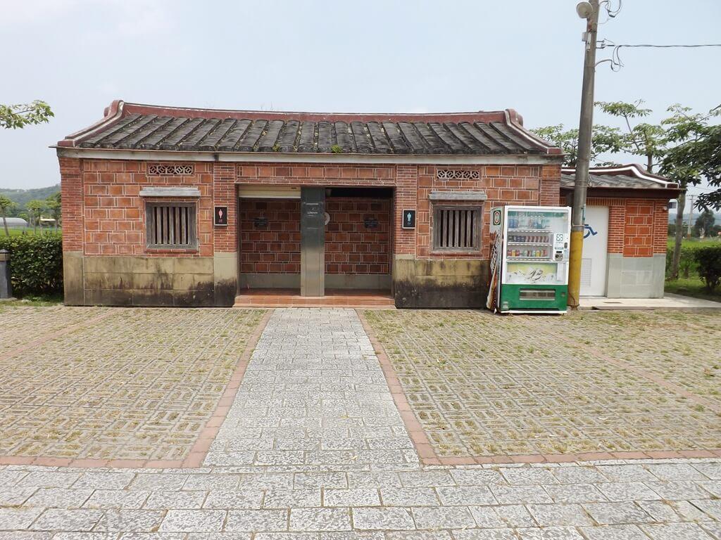 李騰芳古宅的圖片:廣場旁的廁所