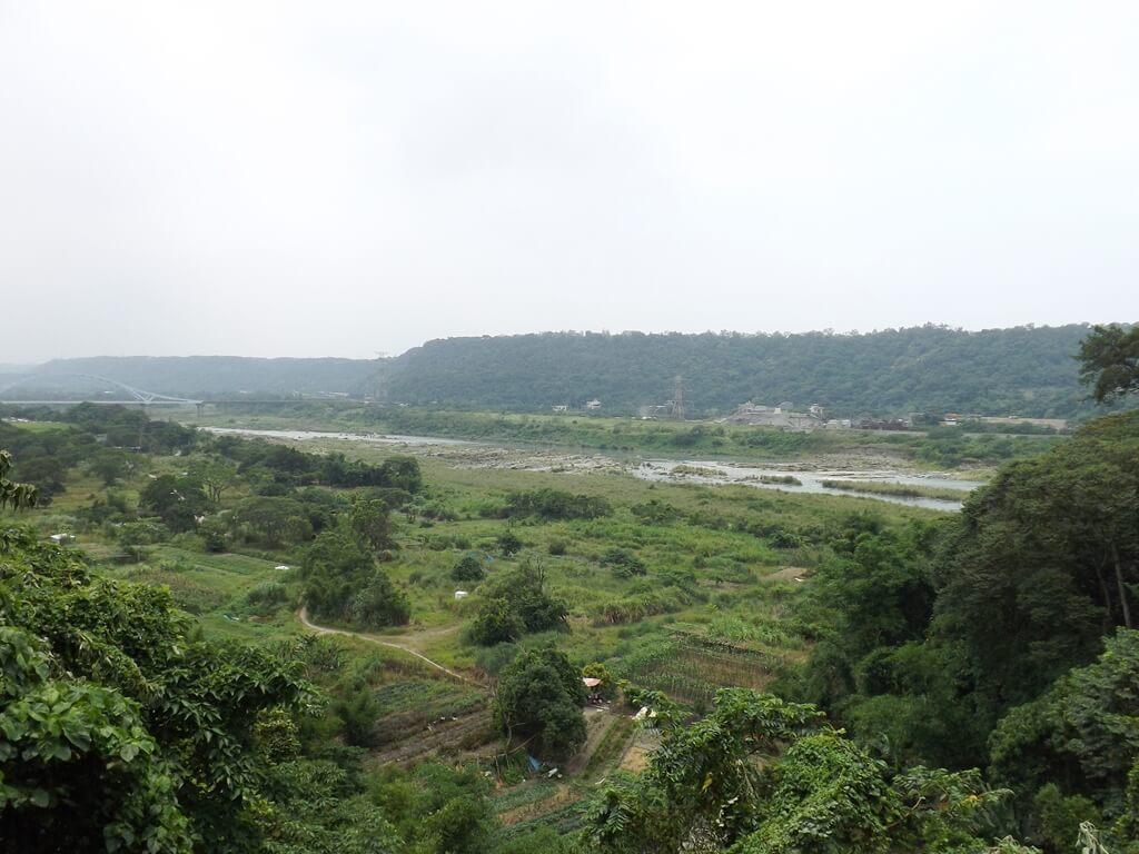 大溪武德殿的圖片:武德殿旁圍牆外的大漢溪