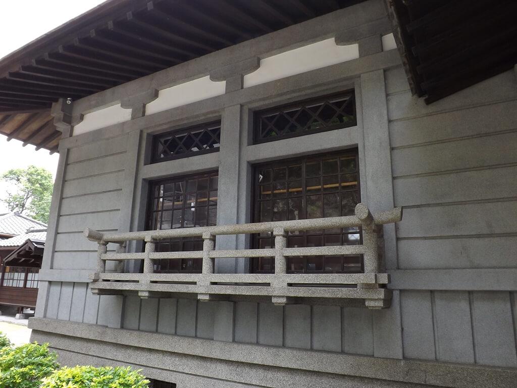 大溪武德殿的圖片:大門旁的窗戶