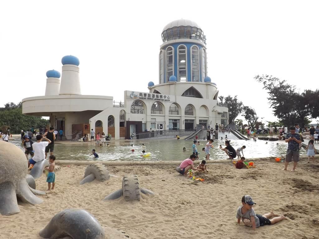新竹南寮漁港的圖片:南寮漁港遊客服務中心前的沙灘及親水區
