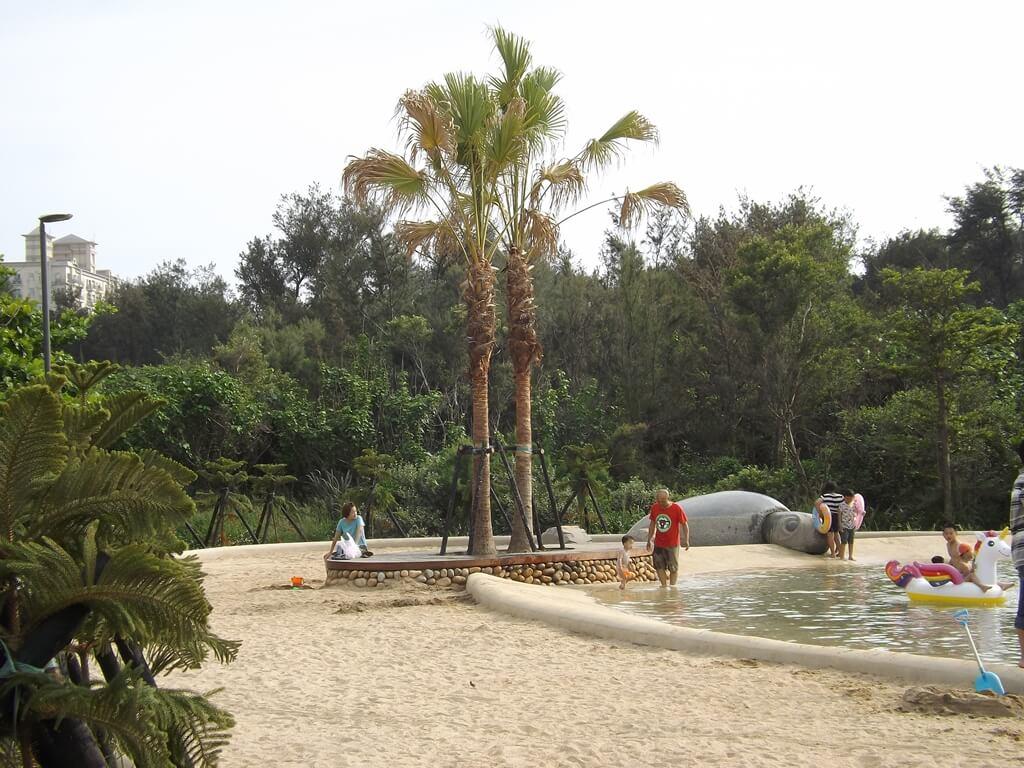 新竹南寮漁港的圖片:環繞親水區的沙灘沙子是淺黃色的