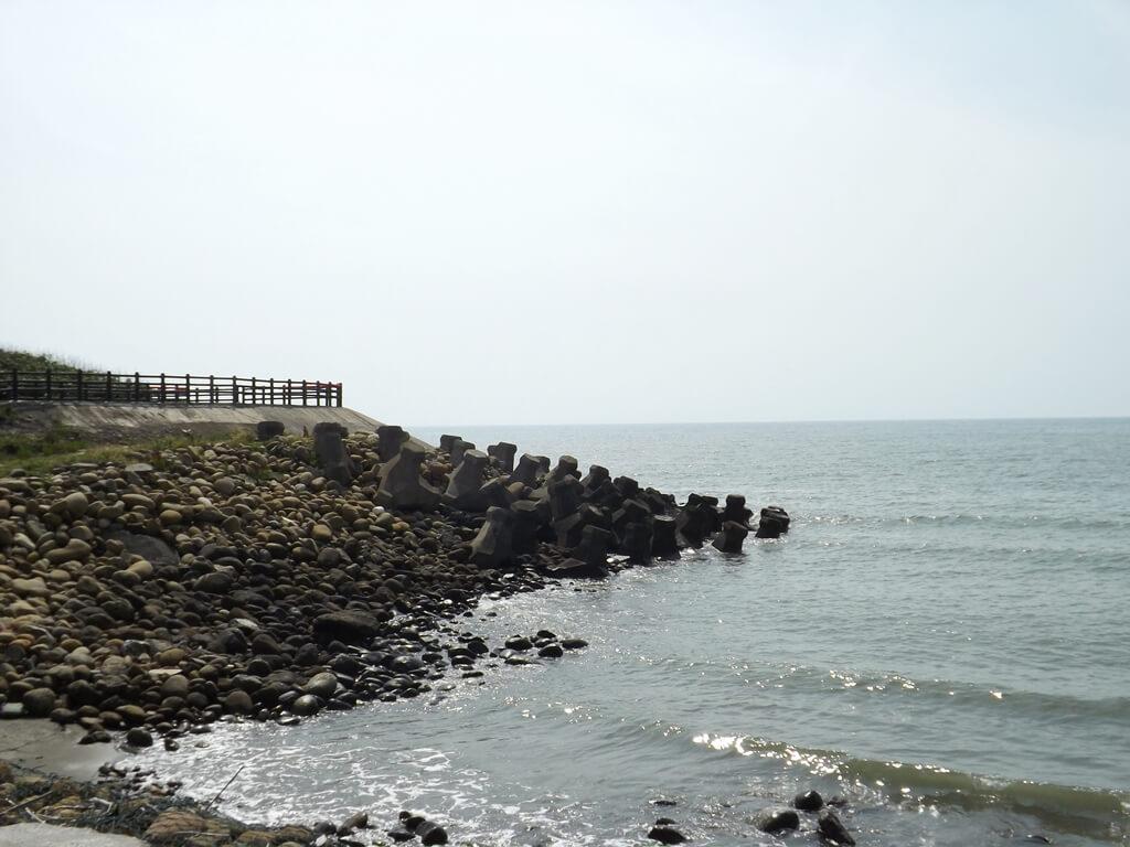新竹海天一線看海區的圖片:海岸邊消波塊上有一個小型觀景台