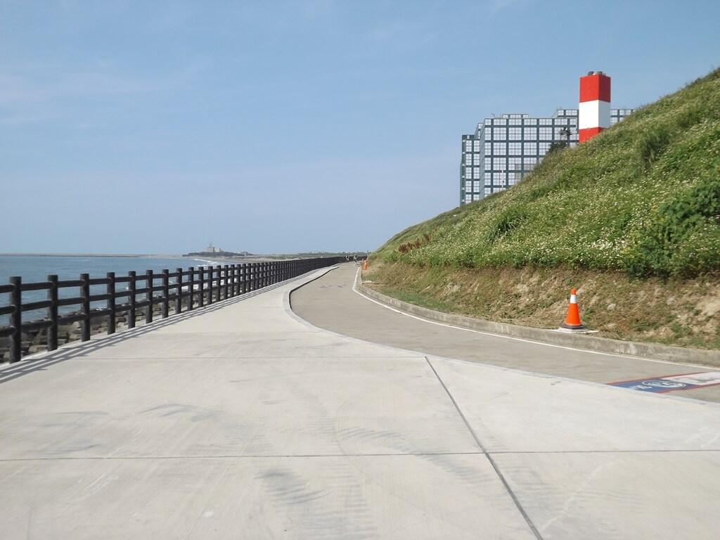 新竹海天一線看海區的圖片:整齊優美的護欄與海岸線
