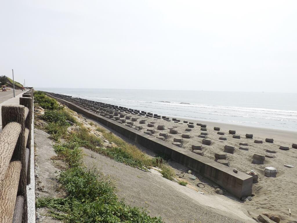 新竹海天一線看海區的圖片:排列整齊的消波塊幾乎被沙灘掩埋