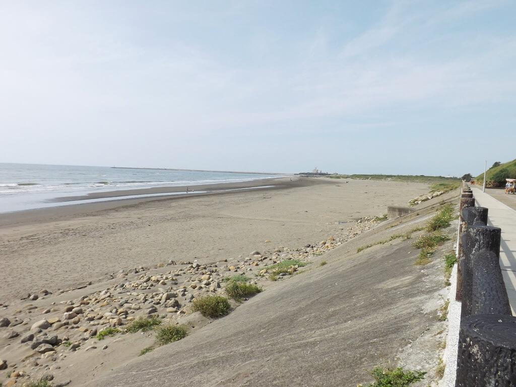 新竹海天一線看海區的圖片:沿著自行車道往南寮漁港方向有一整片的沙灘
