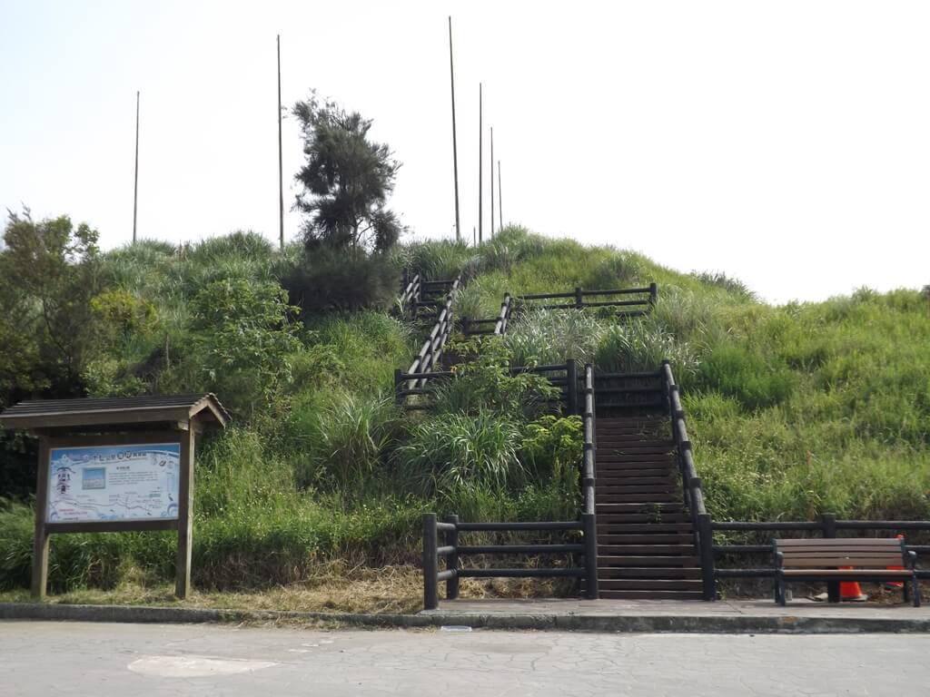 新竹海天一線看海區的圖片:通往看海公園的木棧階梯